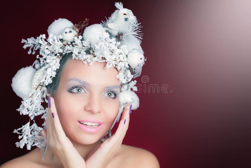Ферзь зимы с белым волшебным стилем причёсок стоковые фотографии rf