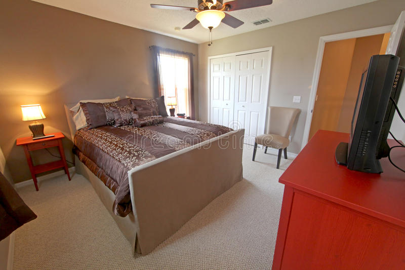 Download ферзь спальни мастерский стоковое изображение. изображение насчитывающей подушки - 17620319