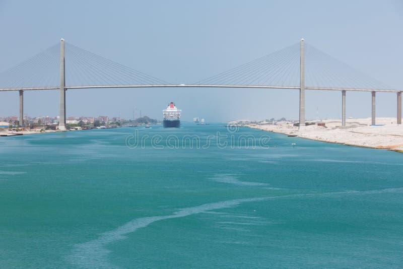 Ферзь Mary 2 проходя под мост канала стоковое изображение rf