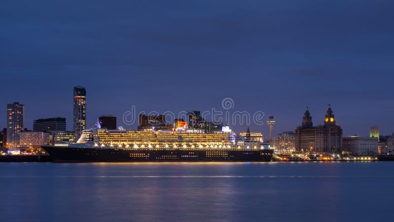 Ферзь Mary 2 Berthed на портовом районе Ливерпуля стоковая фотография