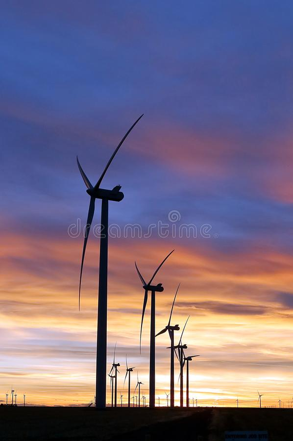 Ферма вдоль восточных равнин, Колорадо ветрянки стоковые фотографии rf