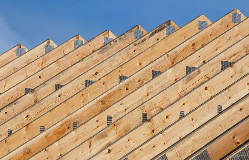 Ферменные конструкции крыши в линии стоковое изображение