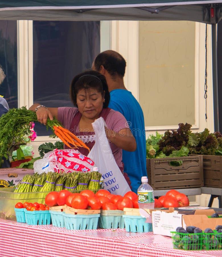 Фермеры продавая их фрукты и овощи на рынке ` s фермера в этом малом городке Нью-Джерси на этой дате стоковые изображения
