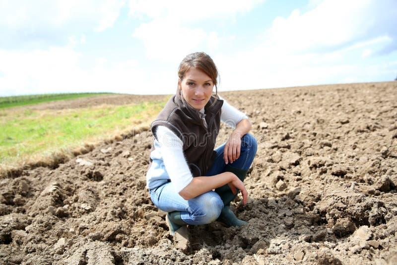 Фермер женщины в fileds стоковые фотографии rf