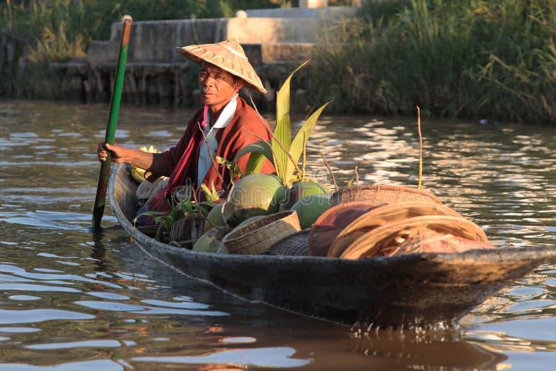 Фермер на маленькой лодке стоковое изображение