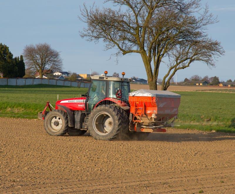 Фермер на удобрении трактора Ferguson massey распространяя стоковое фото rf