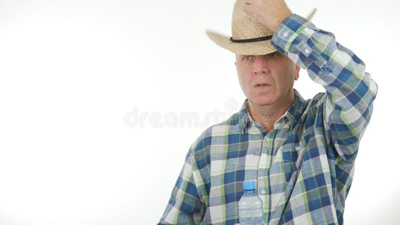 Фермер принимает его шляпу в жестах салюта стоковая фотография