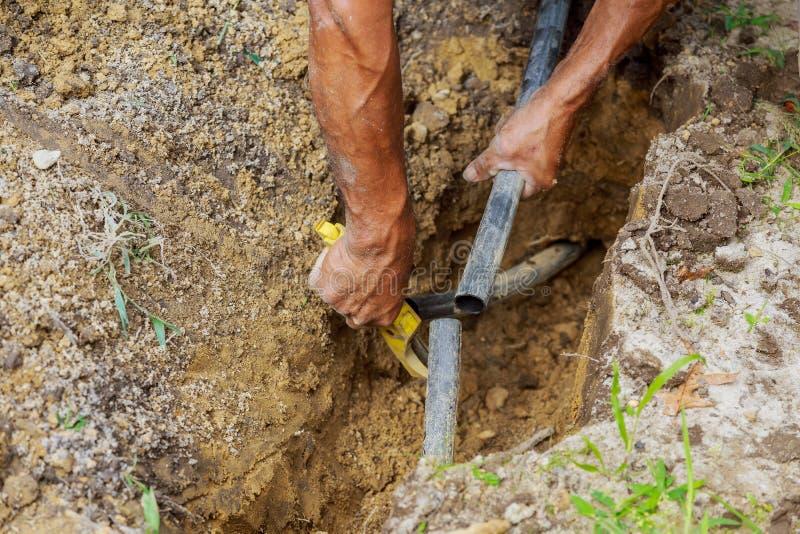фермер устанавливая оросительную систему падения стоковое изображение rf