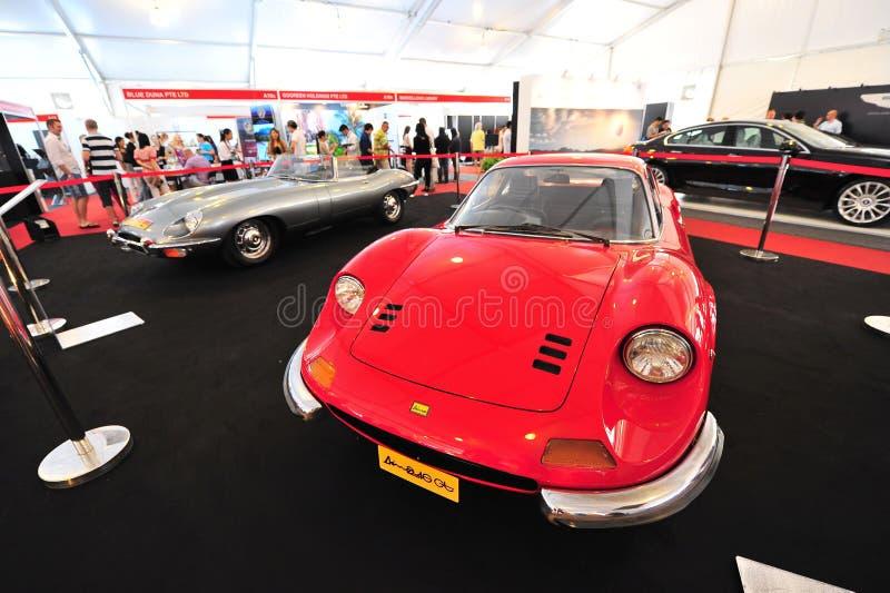 Феррари Dino 246 автомобили GT и ягуара E типа классические на дисплее во время яхты Сингапура показывает на одном клубе Марины ст стоковая фотография rf