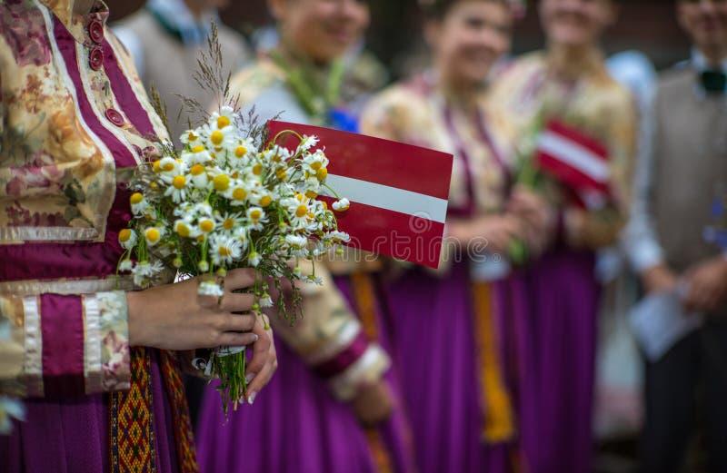 Фестиваль песни и танца в Латвии Шествие в Риге Элементы орнаментов и цветков Латвия 100 лет стоковые изображения