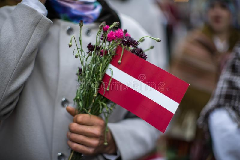 Фестиваль песни и танца в Латвии Шествие в Риге Элементы орнаментов и цветков Латвия 100 лет стоковое изображение