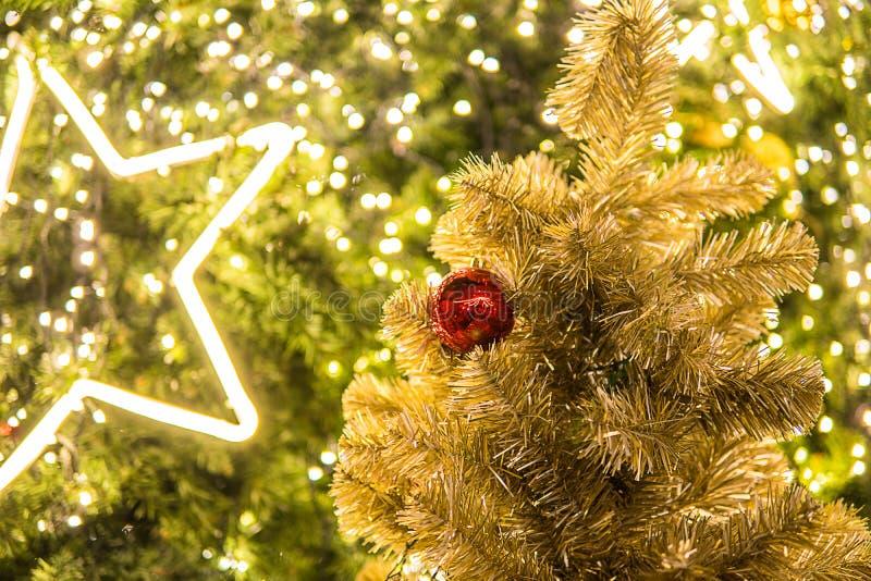 Фестиваль рождества в Бангкоке Золотая рождественская елка с красным b стоковые изображения