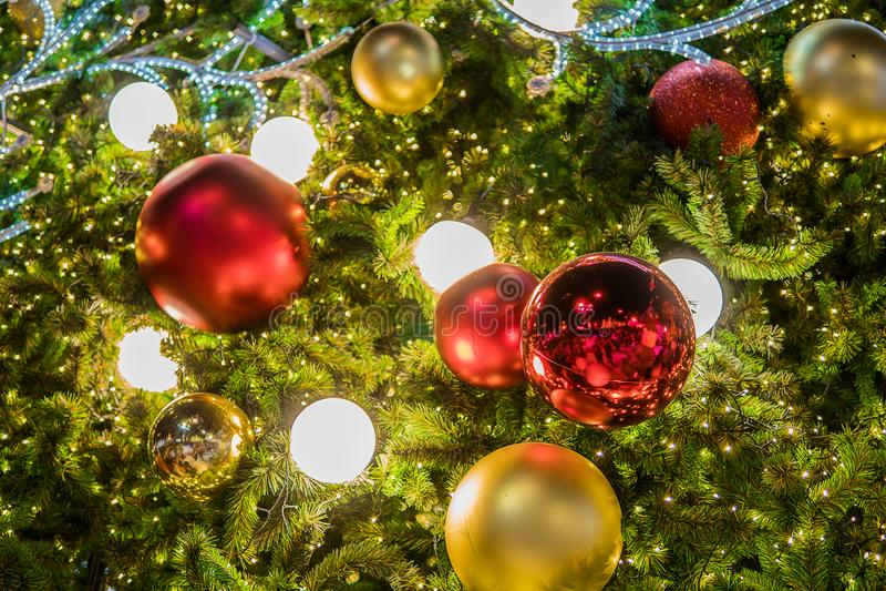 Фестиваль рождества в Бангкоке Золотая рождественская елка с красным b стоковое фото rf