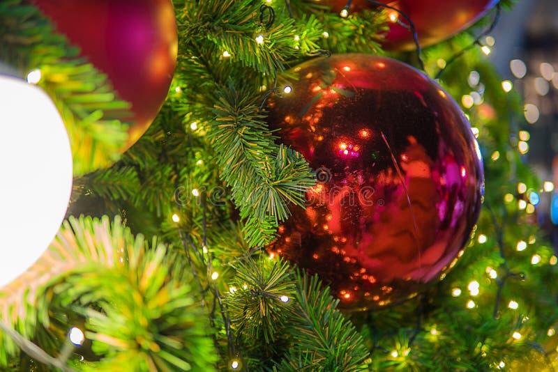 Фестиваль рождества в Бангкоке Золотая рождественская елка с красным b стоковая фотография