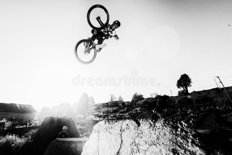 Фестиваль горного велосипеда Santa Cruz - скачки почтового отделения стоковые фотографии rf