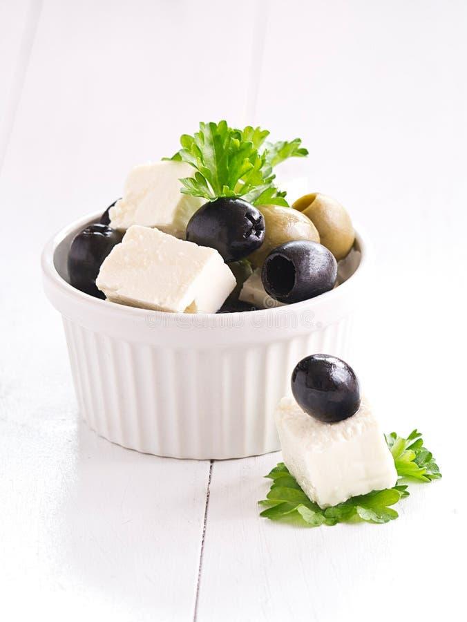 Фета и зеленые и черные оливки. стоковое изображение rf