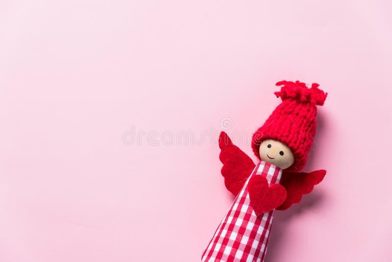 Фея куклы Нового Года маленькая в платье и шляпе праздничного рождества красном Ангел рождества в красной шляпе изолированной на  стоковое изображение rf