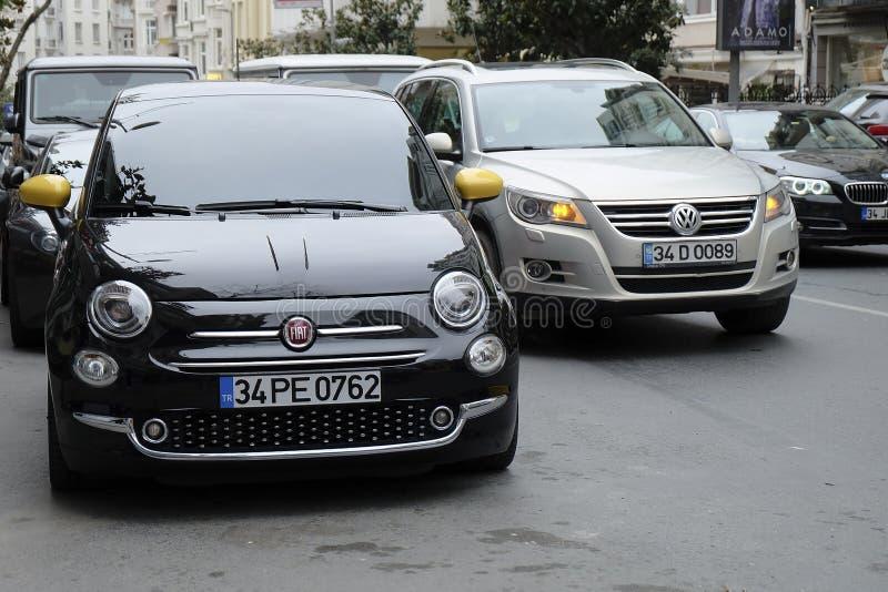 Фиат 500 с Vw Tiguan был припаркован на улице Nisantasi Tesvikiye на Стамбуле стоковое изображение