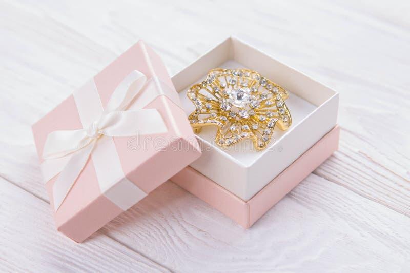 Фибула золота в подарочной коробке стоковые фото
