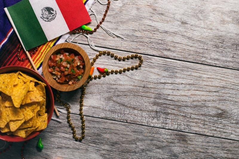 Фиеста: Мексиканский флаг с обломоками и сальсой стоковая фотография rf