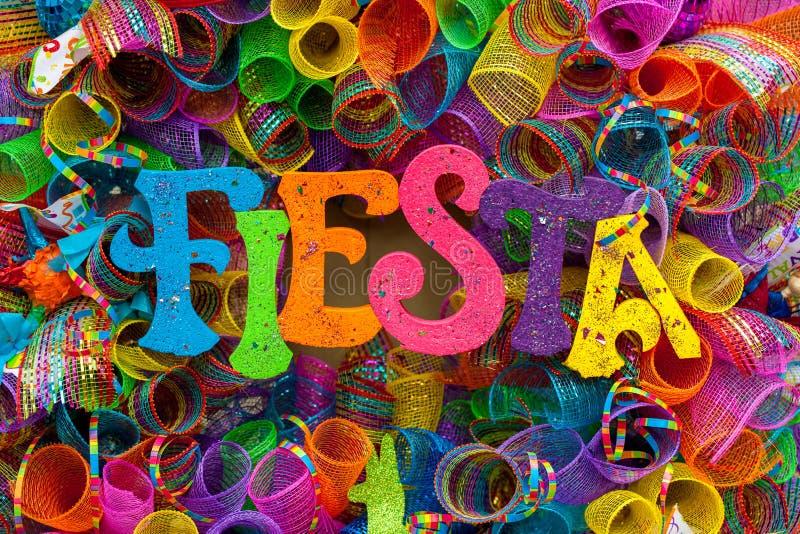 ` Фиесты ` слова написанное в красочных письмах с ярким блеском и пестротканым месивом стоковые фото