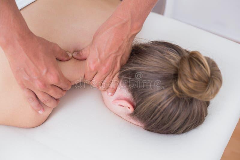 Физиотерапевт делая массаж шеи стоковое фото rf