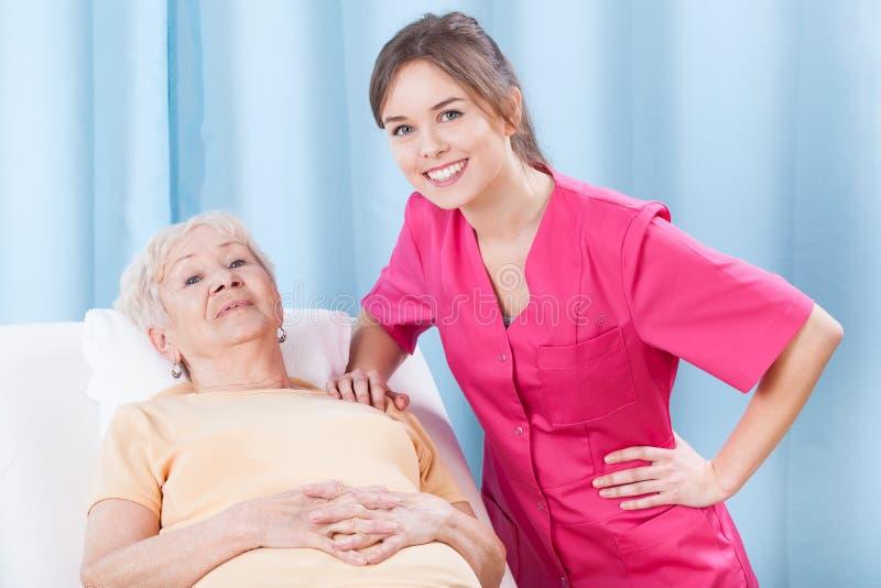 Физиотерапевт и пожилой пациент стоковая фотография rf