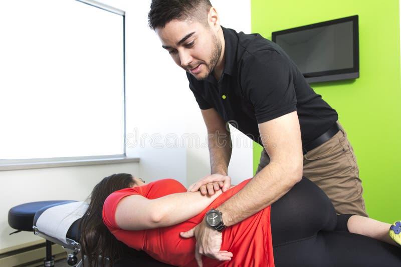 Физический терапевт делая мобилизацию позвоночника стоковые фото