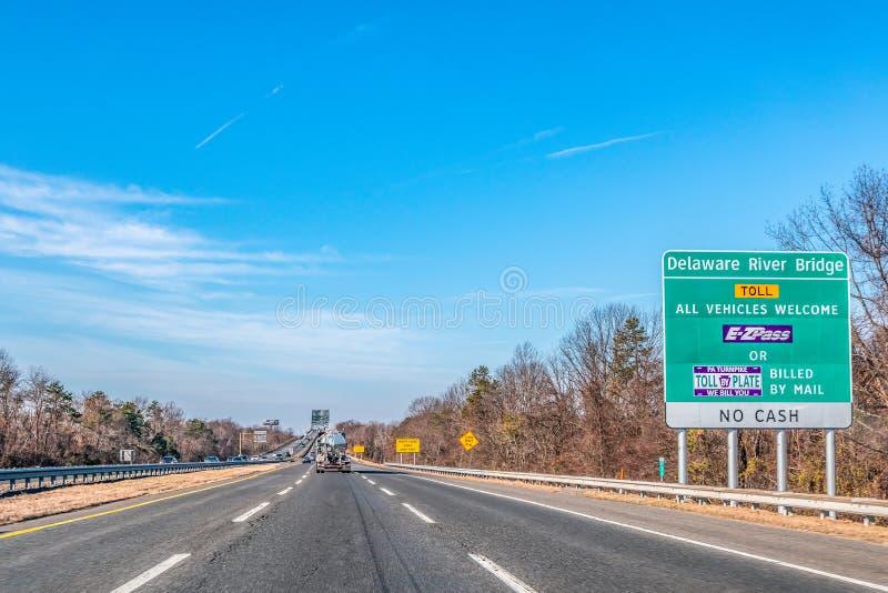Филадельфия, Пенсильвания, США - декабрь 2018 - дорожный знак пошлины перед мостом Рекы Delaware стоковые изображения