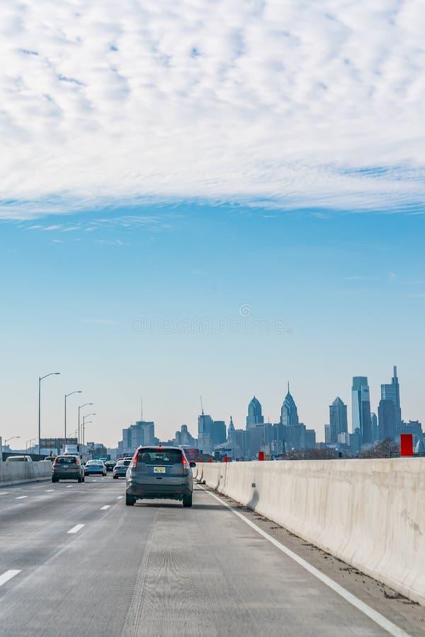 Филадельфия, Пенсильвания, США - декабрь 2018 - приезжая в Philly на автомобиле от Нью-Йорка с классическим взглядом горизонта стоковое изображение rf