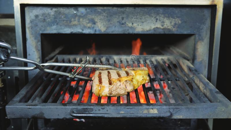 Филей постарел основное редкое изолированное жаркое жарящ филе свинины с нашивками стоковые фото