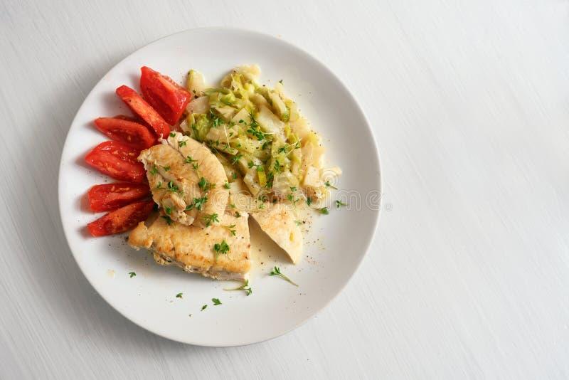 Филе куриной грудки потушенное с овощами лук-порея сельдерея и томатами, здоровой ketogenic низкой диетой карбюратора для уменьше стоковые изображения rf