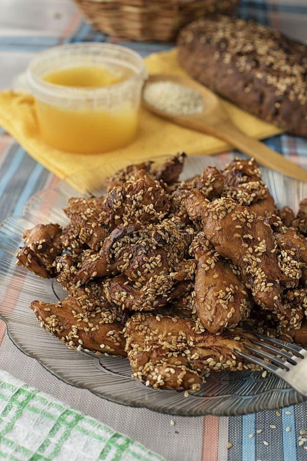 Филе цыпленка с медом и сезамом стоковые изображения