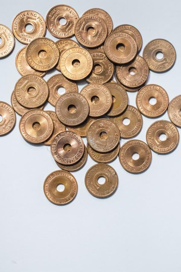 Филиппинские монетки изолированные на белой предпосылке стоковая фотография