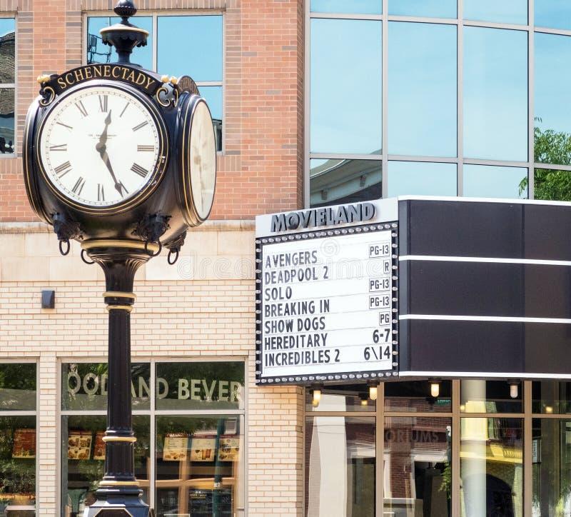 Фильмы перечисления шатёр кинотеатра Movieland и часы римского цифра старого стиля круглые на поляке стоковые изображения
