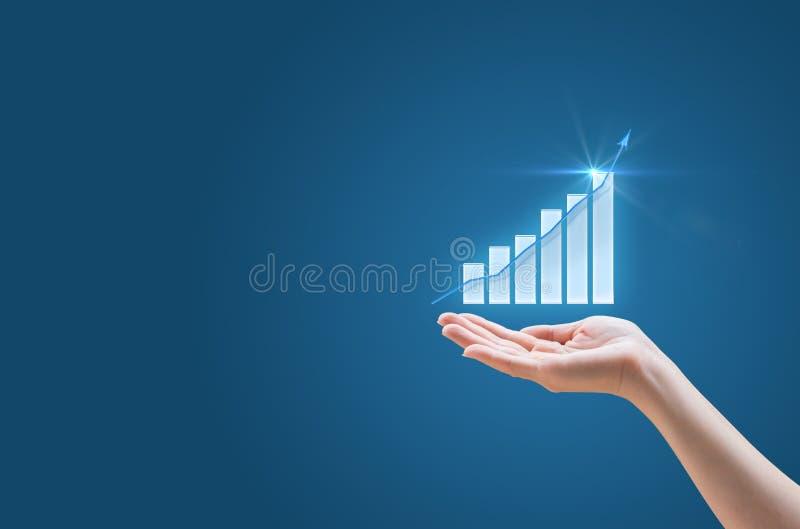 Финансовая диаграмма роста в его руке стоковое изображение