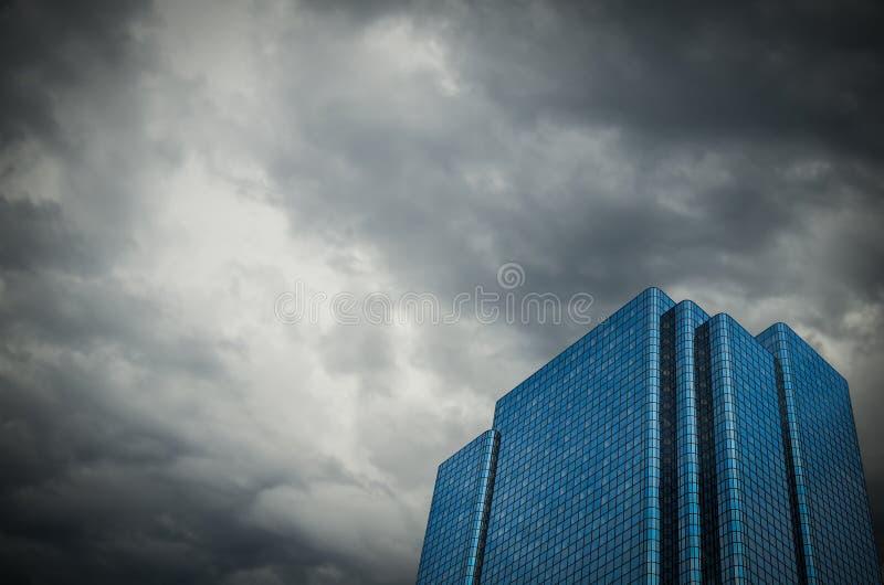 Финансовое здание с бурным небом стоковая фотография rf