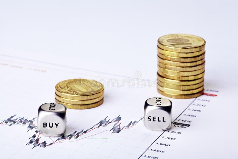Финансовохозяйственный выселок с диаграммами, rouleau монеток и dices стоковая фотография rf