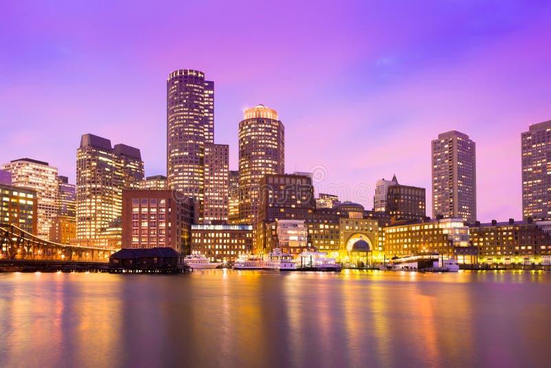 Финансовые горизонт и гавань района на сумраке в Бостоне стоковое изображение rf
