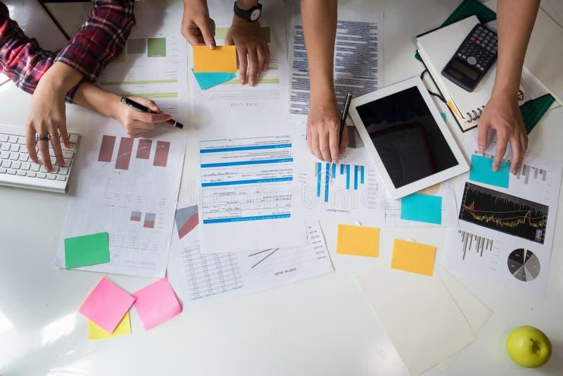 Финансовые данные анализа советника команды дела на бумажный обозначать стоковые фотографии rf