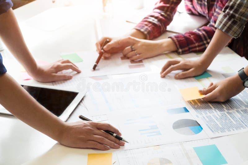 Финансовые данные анализа советника команды дела на бумажный обозначать стоковая фотография rf