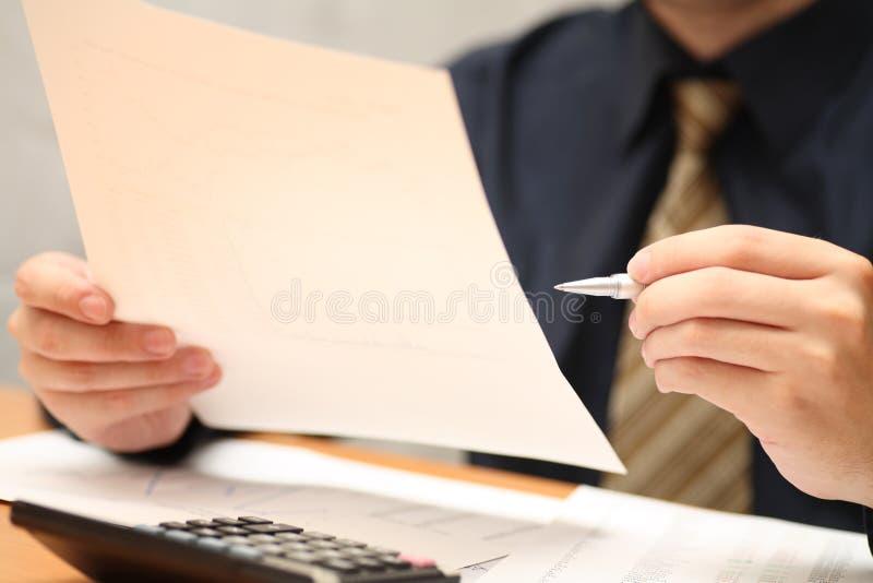 Финансовые отчеты просмотра бизнесмена стоковые изображения rf