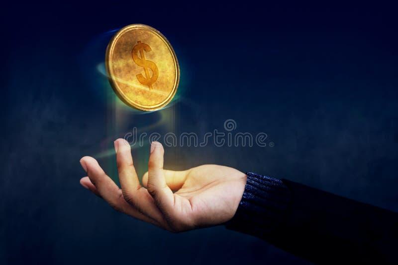 Финансовый или выгода как легкая концепция, золотое ove поплавка монетки денег стоковое изображение