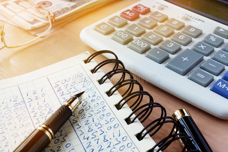 Финансовый отчет для объяснения с калькулятором стоковые фотографии rf