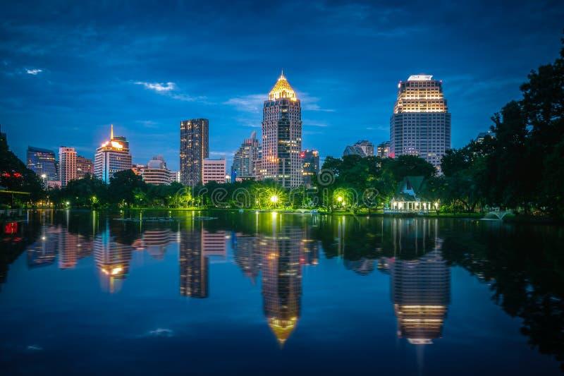 Финансовый район Бангкока центральный на twilight времени стоковая фотография