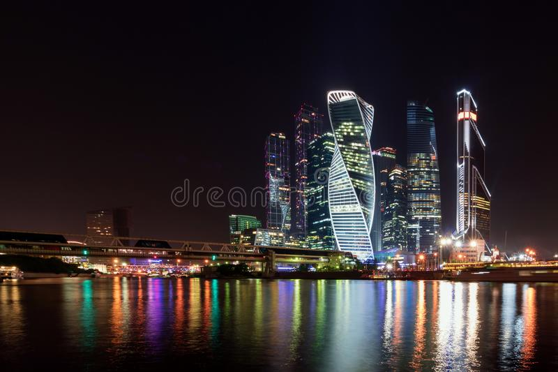 Финансовый район Москвы в центре города в красочной ноче освещает стоковые фотографии rf