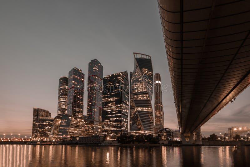 Финансовый район с небоскребами в сумраке на заходе солнца стоковое изображение rf