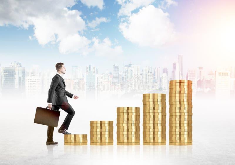 Финансовый человек роста на монетках стоковые изображения rf