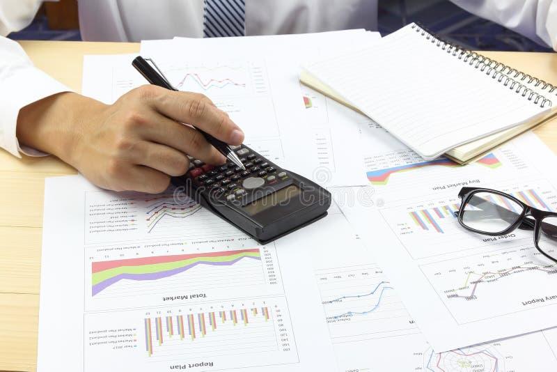 Финансы плана рынка покупки отчетного доклада бизнесмена стоковые фотографии rf