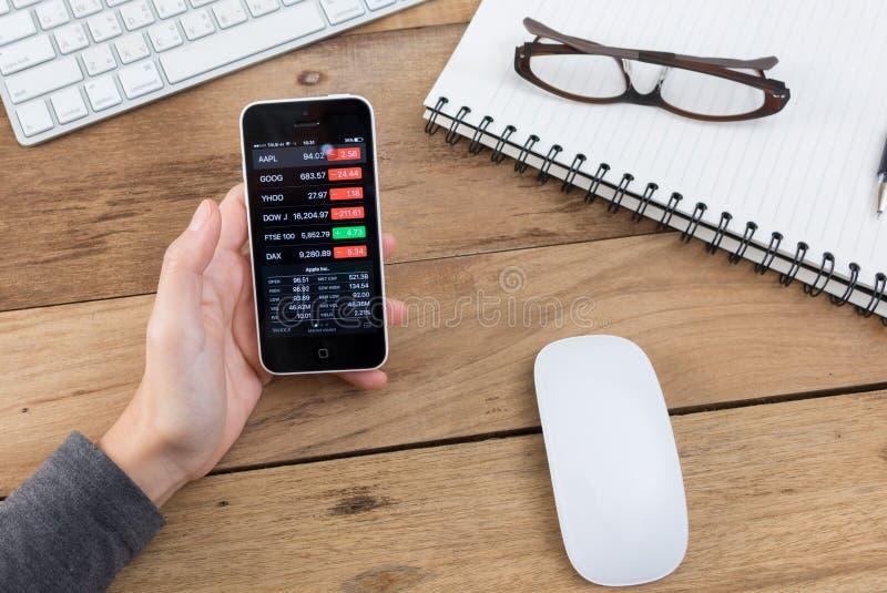 Финансы app Yahoo показывая на iPhone 5c стоковые фото